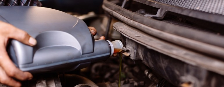 Filling up oil tank